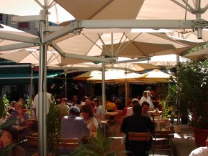 paraflex umbrellas in restaurant multi pole application